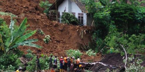 Tribun Jateng/ Fajar Eko Nugroho Lokasi bencana longsor yang menimpa puluhan rumah di Dusun Jemblung Desa Sampang Kecamatan Karangkobar, Sabtu (13/12/2014).